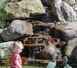 Natürlicher Wasserfall mit Steinstufen