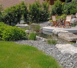 Sitzecke in der Mitte eines Gartenteichs
