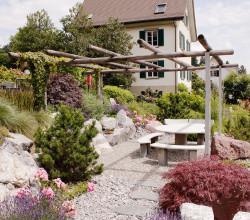 Haus mit Findlingsgarten