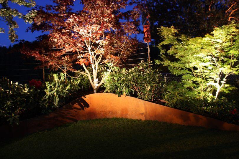 Stahlbeet mit Gartenbeleuchtung